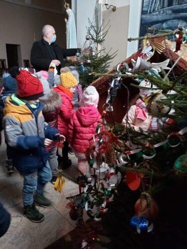 Pięciolatki przyozdobiły choinkę w Szemudzkim kościele